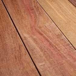planche de bois exotique cumaru
