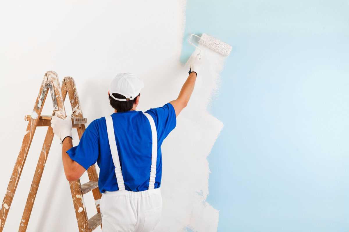 homme qui peint un mur, peinture salon peindre
